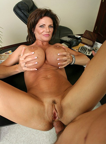 Busty cougar Deauxma