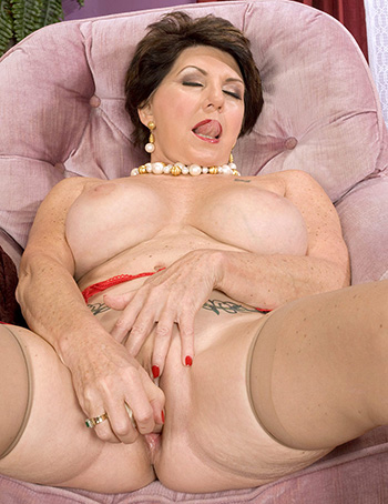 Mature big tits Bea Cummins