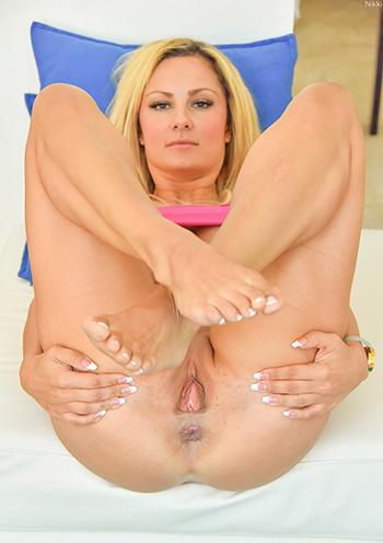 Mature busty Nikki spreading